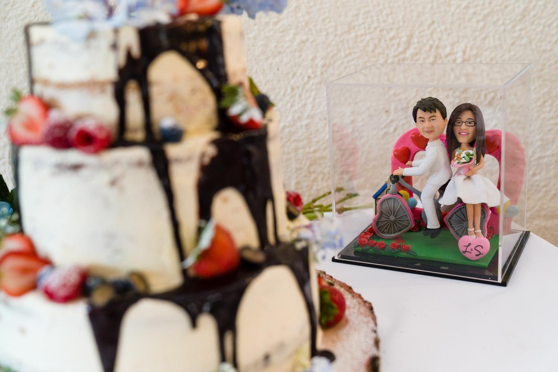 Wedding cake with cake topper of Leona & Steven
