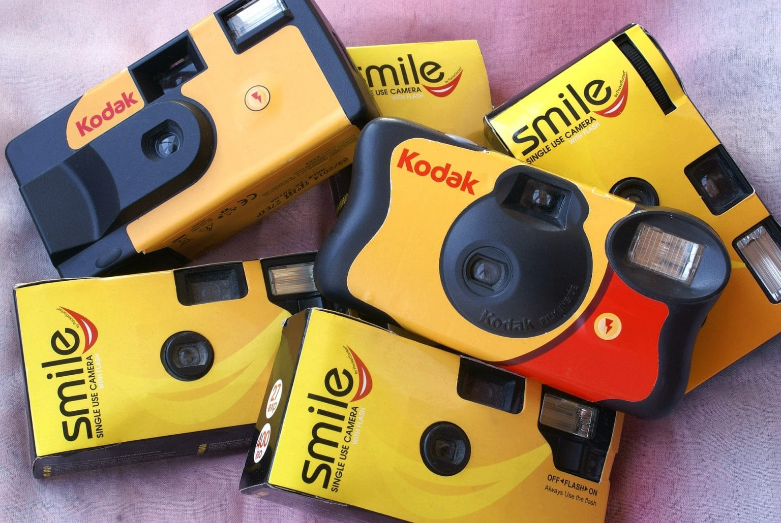 Disposable cameras - Photo by Enzo Abramo from Pixabay